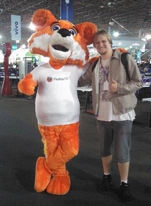 Eu e o boneco da Mozilla Firefox, que está passeando pelo Campus para divulgar o Firefox OS.