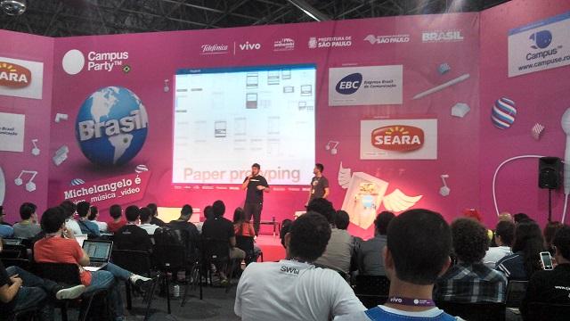 Dupla falando sobre a importância de criar protótipos em papel.