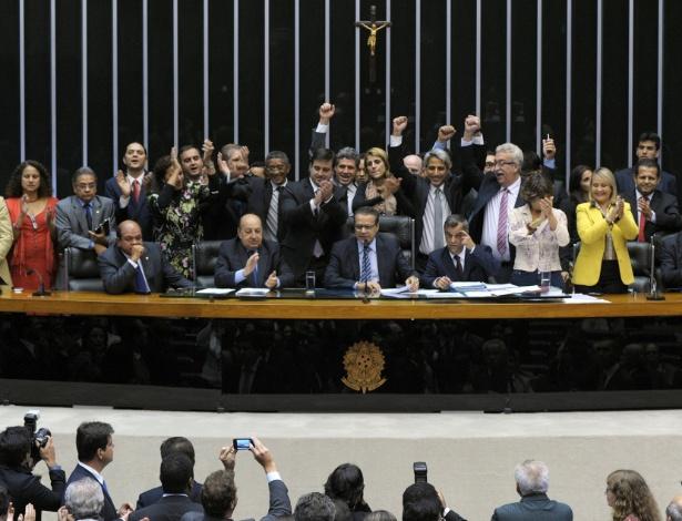 deputados-comemoram-marco-civil-aprovado